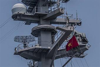 美军航母抵越南 越南国旗首次挂上美国军舰