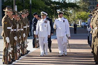 美国驻澳大使哈里斯还未上任先抵澳检阅部队