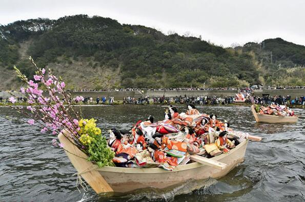 日本女孩节400个人偶堆在木船中在海上漂流