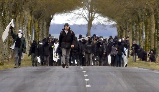 """法国小镇埋核废料引争议 """"反核""""者抗议""""把乡村变成城市垃圾场"""""""