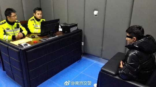 南京机场高速飙车 一男子无证驾驶摩托车被刑拘