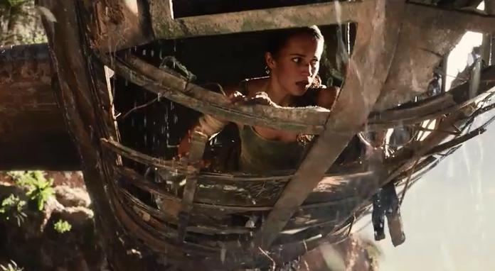 《古墓丽影》电影坎妹身陷悬崖绝境 脸吓变形