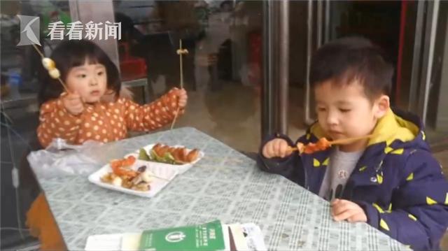 男孩走丢幼儿园老师急飙泪 结果在和女孩吃烤串