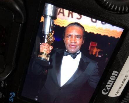 小偷布莱恩特与奖杯自拍(图源:ABC新闻)