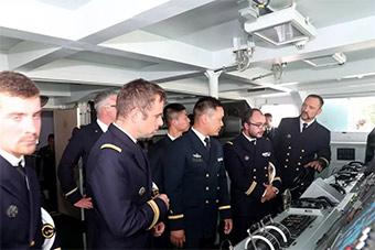 法国海军官兵登上我驻港部队新锐轻护舰参观