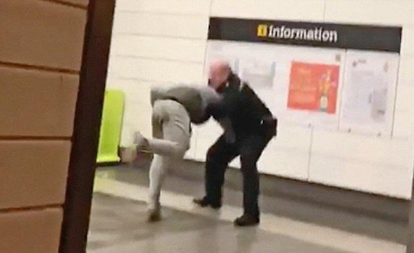 英国一12岁男孩因扔雪球被警察抓住暴打