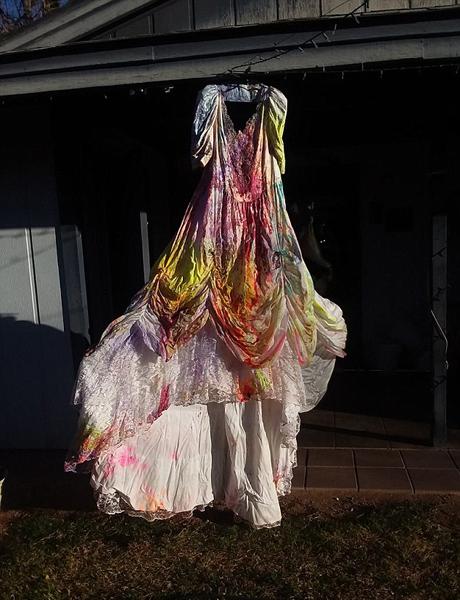 美女子举行派对庆祝离婚:将颜料洒向婚纱