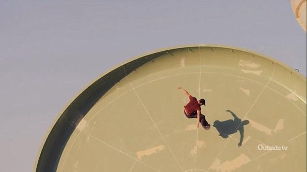 迪拜小伙水上乐园滑梯上挑战极限滑板