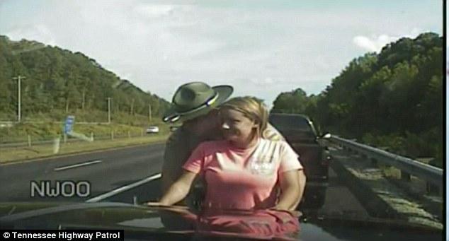 美国女车主违规驾车被拦停搜身 指控交警性骚扰