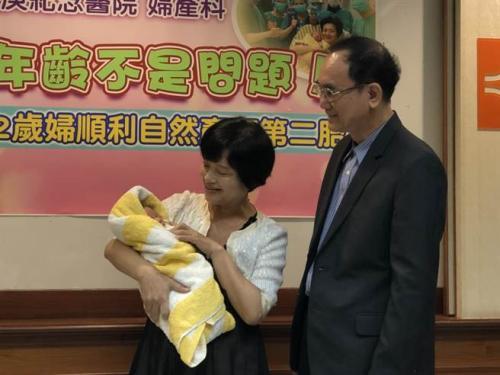 """台湾一62岁妇女顺产男婴 创台""""自然产""""最高龄纪录"""