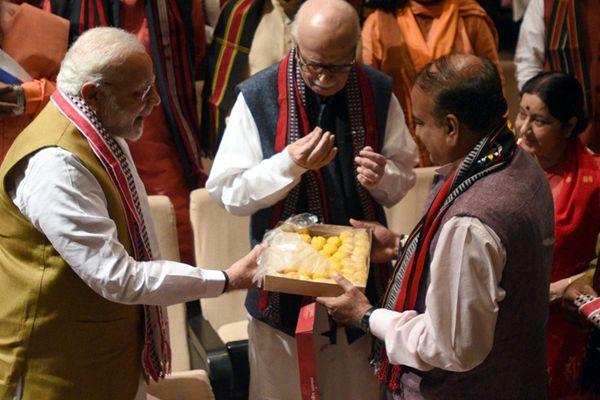 印度总理莫迪出席会议 自带点心与议员分享