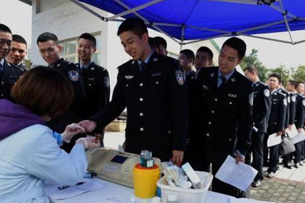 """重庆""""准警察""""排队撸袖 一天献出18万毫升血量"""