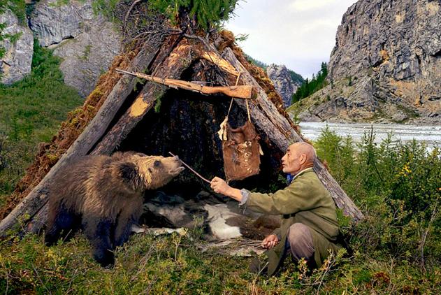 摄影师记录中亚游牧民与野生动物相互依存的部落生活