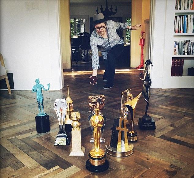 羡慕嫉妒!奥斯卡影帝加里•奥德曼一年内收获11个奖杯