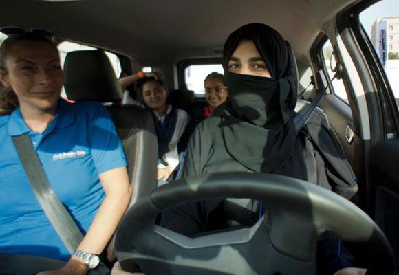 沙特解禁女性驾车 女子纷纷练车考驾照