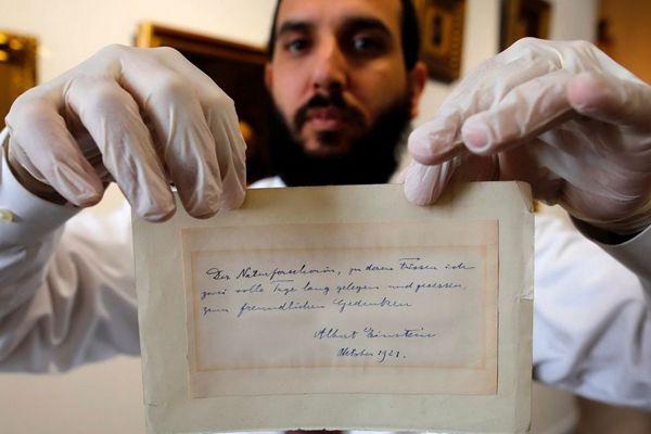 爱因斯坦向年轻女子示爱字条拍卖 3.9万元成交