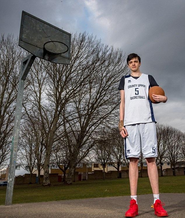 英16岁男孩身高2.2米 打破同龄段世界记录