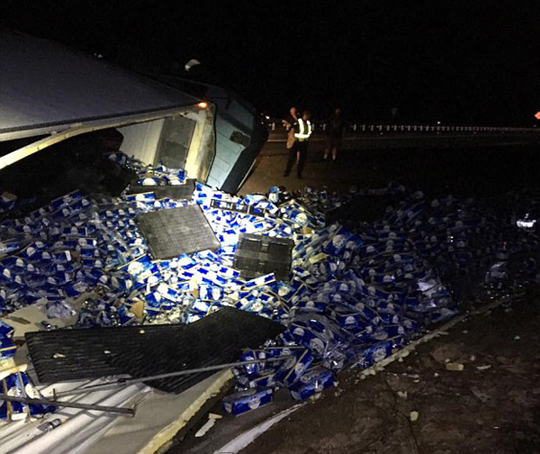 美国一满载啤酒卡车侧翻 厂家与网友搞笑互动