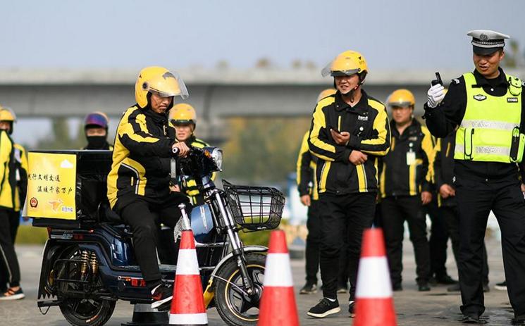 深圳新规:外卖小哥违反交通法达三次将被辞退
