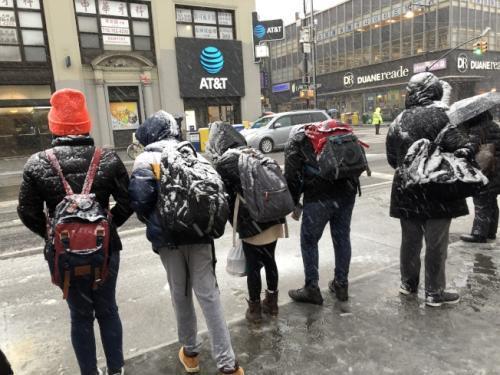 美国纽约迎雨夹雪天气 华埠商家生意淡提早打烊
