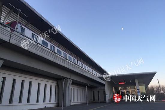 今天早晨,顺义区后沙峪地铁站附近天空晴朗。(图/关禺)