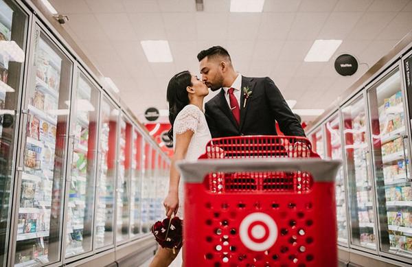 别样浪漫!美情侣零售店拍摄婚纱照走红