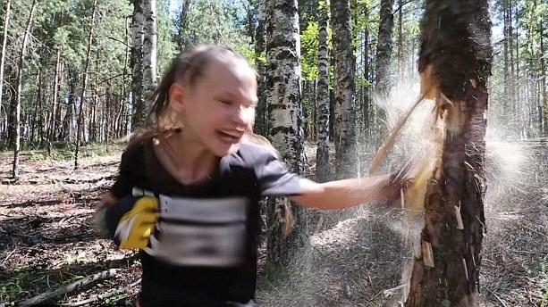 真战斗民族!俄10岁拳击女孩连环出拳击碎树干