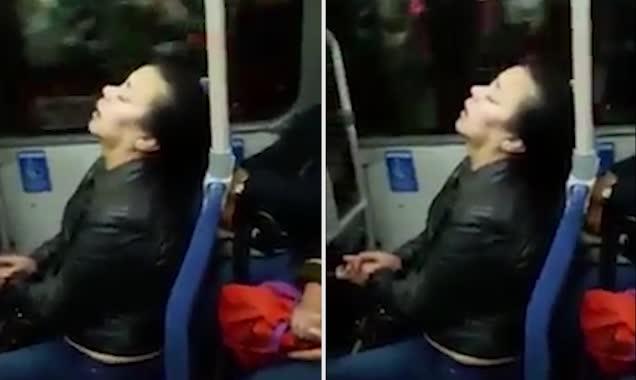 哥伦比亚一巴士乘客因太过疲惫竟从坐椅上溜倒