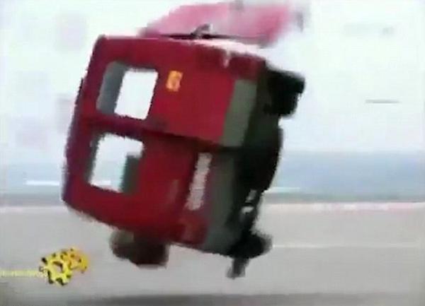 """惊险!空客320起飞时""""吹飞""""路边面包车"""