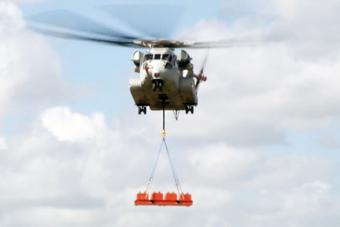 美军最强重型直升机首秀战力 轻松吊起16吨重量