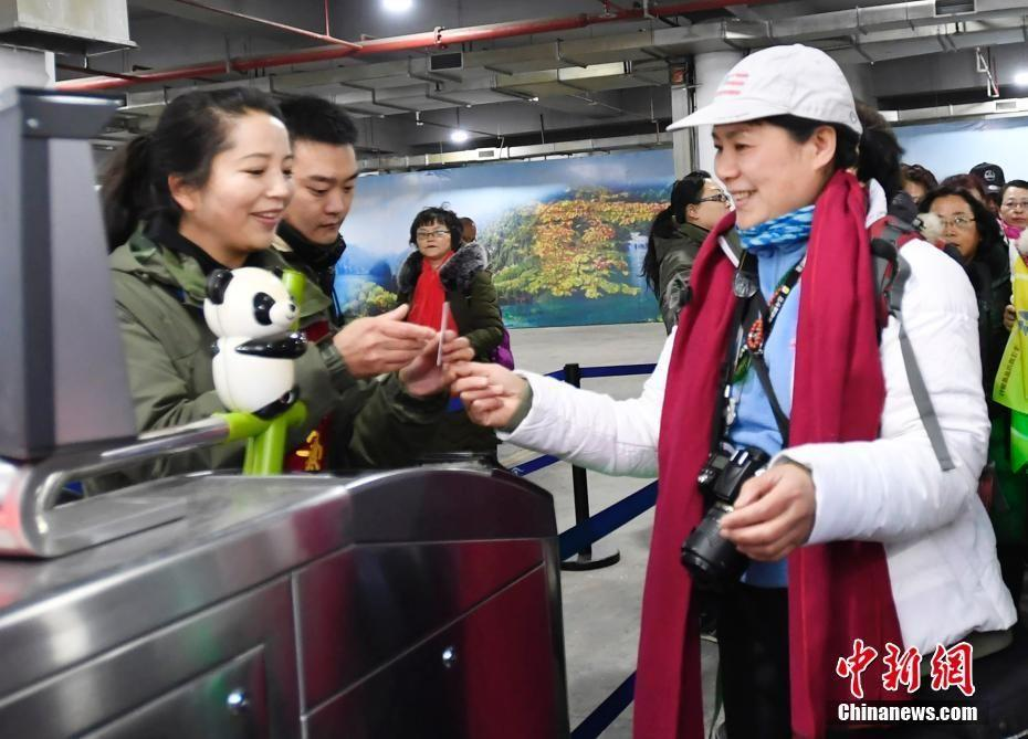 四川九寨沟景区迎来震后首批游客