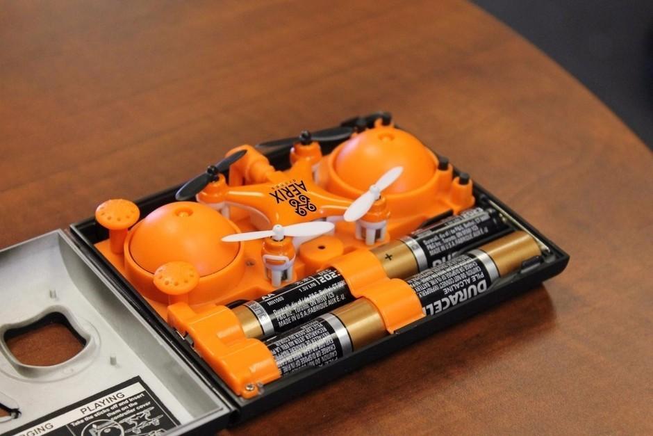值得一提的是,这款无人机和手柄均采用AA电池供电,也就是咱们常说的5号电池,适用性很广。