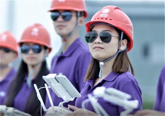 浙江电力无人机女机长在变电站操控六旋翼无人机。.jpg