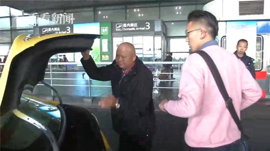 澳门电子游艺:50岁老的哥带73岁母亲跑出租:怕患病母亲走丢