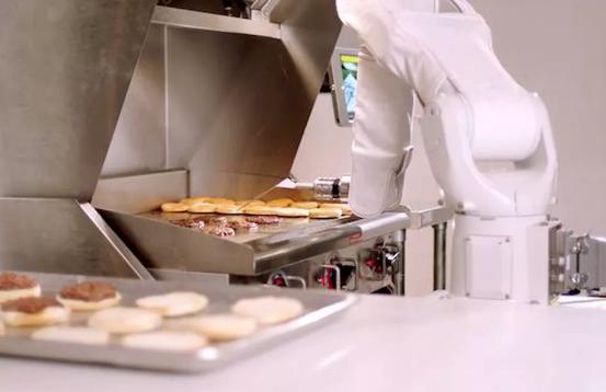 """机器人能翻转汉堡肉饼 短暂上岗后将""""休息""""四天"""