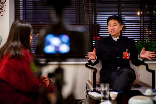 法媒:华裔新生代对两会关注点与父辈大不同