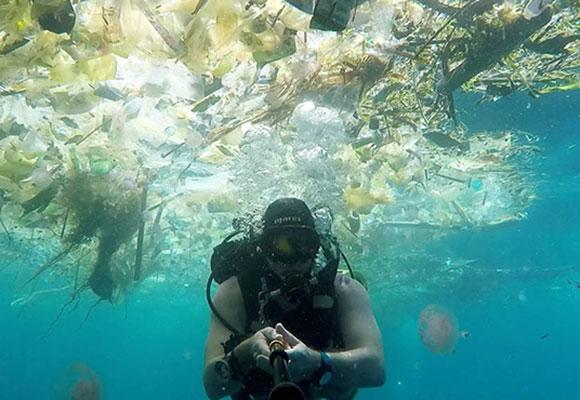 """男子巴厘岛水下拍摄 """"人间天堂""""尽是塑料垃圾"""