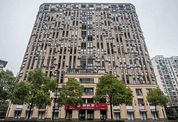 高楼外墙挂200台空调 密密麻麻看着难受