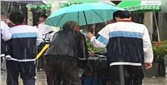 高中生雨天为老人打伞画面走红 网友:最暖小鲜肉