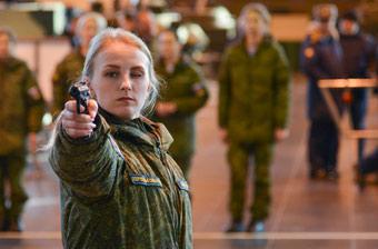 俄军选美比赛上来先比枪法