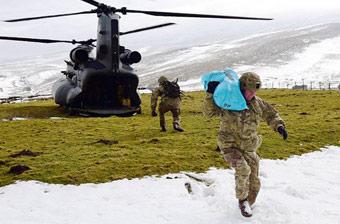 英国大兵开直升机进山给老乡送温暖