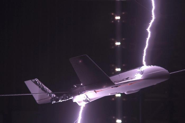 """科学家设想""""提前充电""""以助飞机避开雷击"""
