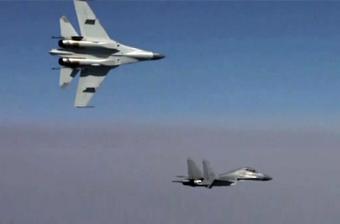 """重型机对战!空军歼-11绕歼-16做""""滚筒动作"""""""