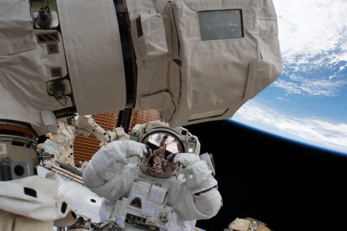 外媒天文图片精选:宇航员创太空行走新纪录