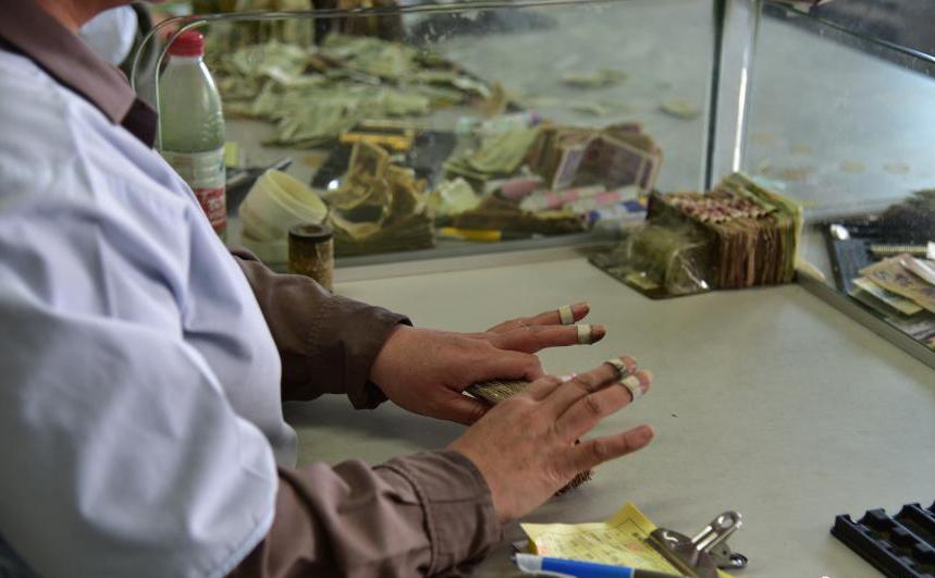 广西柳州公交点钞员每天清点30万元零钱 数钱数到手抽筋