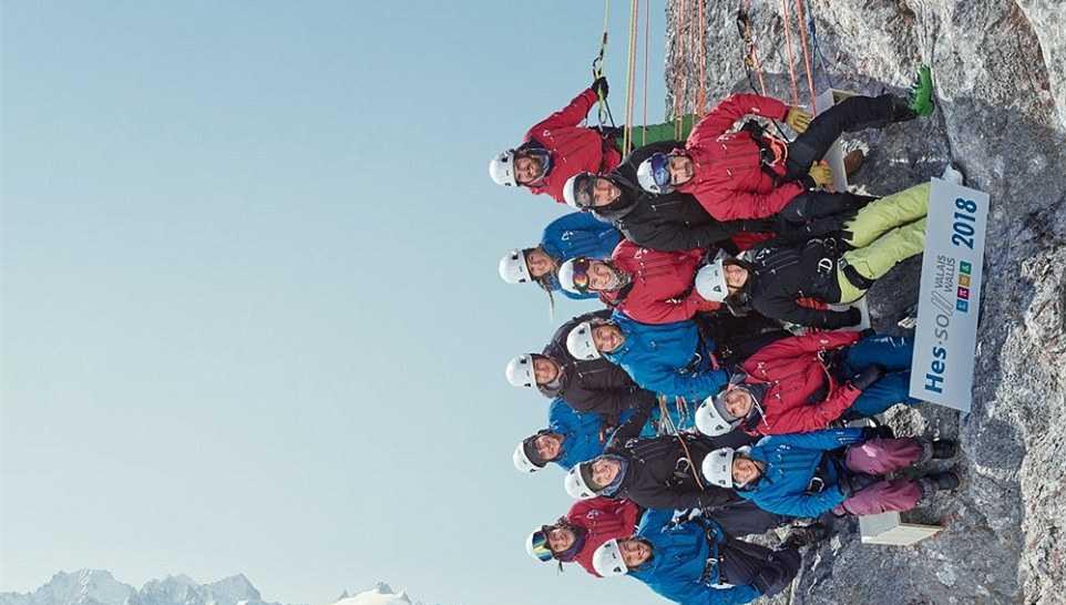 14名学生90度悬崖侧面拍合影 照片得扭着脖子看