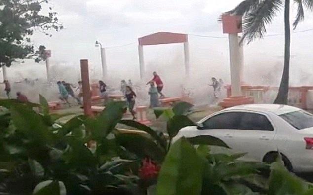 波多黎各海岸观潮者无视警告被巨浪重击教训