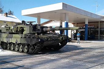 会玩:演习期间芬兰豹2坦克去民用加油站加油
