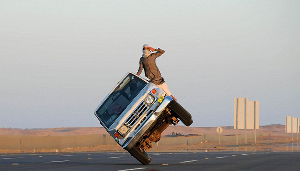 惊险!沙特年轻人公路上演侧壁滑车特技