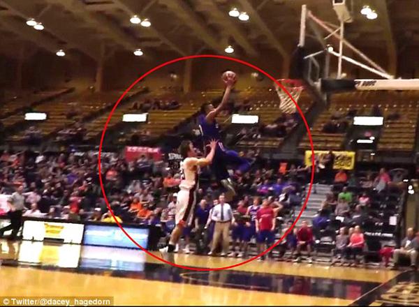 美高中生篮球比赛中恶意犯规 猛推对方起跳队员